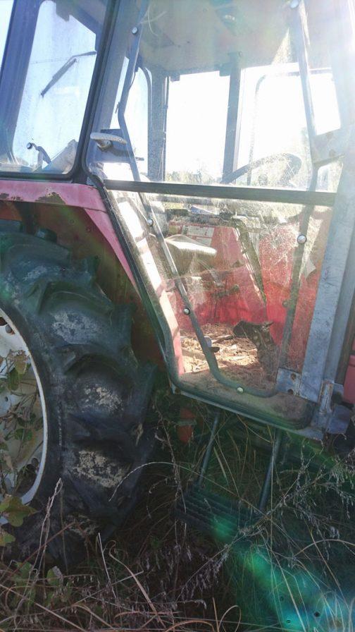 改めて見るとキャビンって、ガラスの箱なんですねぇ。今のトラクターは曲面ガラスになっているので感じにくいですが、この時のトラクターはキャビンの角が立っています。四角いボディとのマッチングがいいですね!