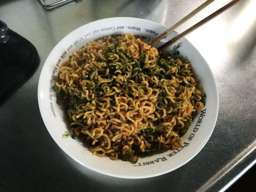 できた!これにはふりかけが付いてました。味はなんだか不思議な味。今まで食べたどの味とも似ていない、なんでしょう?シナモンのような香料が強い味。麺も角が立った独特なもの。独特です。