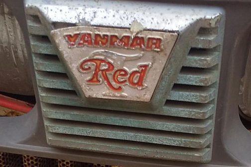 YANMAR Redこれは初めて見ました。赤いRedの下には「T」じゃないでしょうか?「T」と言えばトラクター。僕はこれをトラクター専用エンブレムじゃないかと考えました。