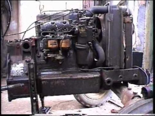 同じようなエンジンのショットを持っていなかったのでネットで探してきました。デヴィッドブラウン880セレクタマチックのエンジン部分です。バッテリーは一番前のようですので、そこだけS-560と違いますね。