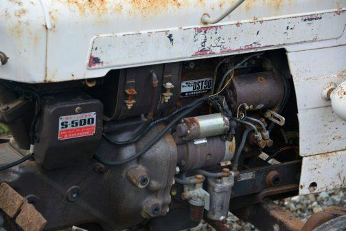 エンジンはサトーディーゼルDST90。2気筒904ccで18馬力です。