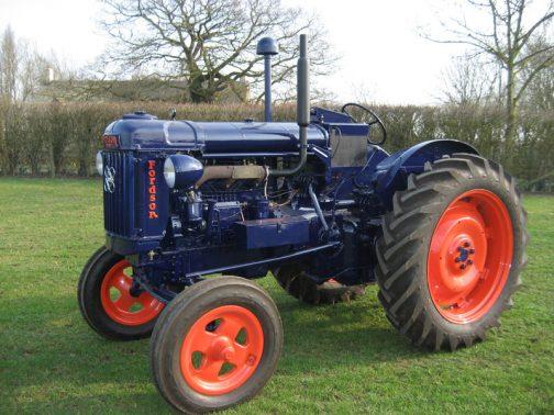 フォードソンメジャーです。tractordata.comによれば、1945 - 1952の間作られ、4気筒ガソリン27馬力、6気筒ディーゼル45馬力だったそうです。