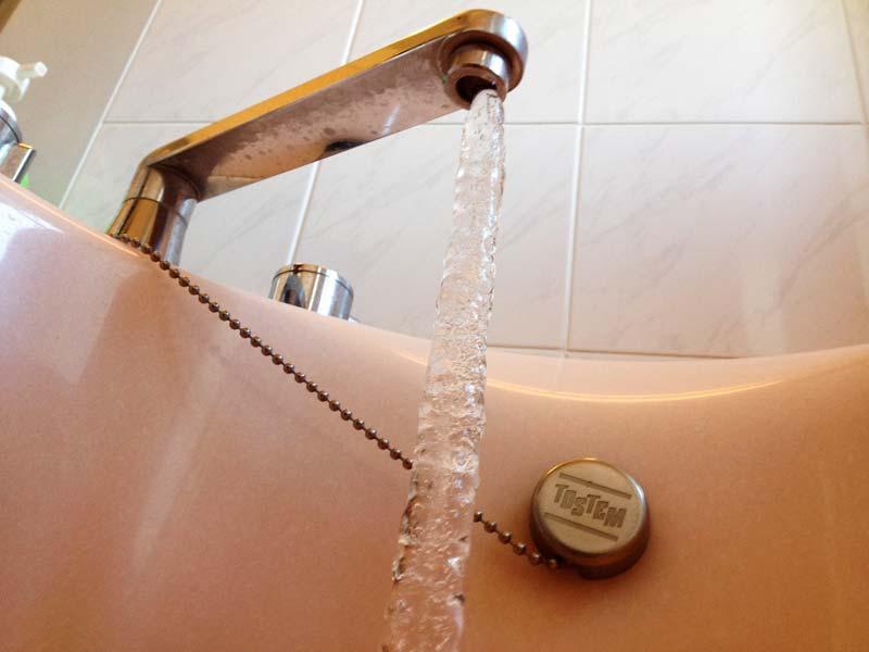 チョロチョロと出ていた風呂の水が凍るの図。これは2013年1月の写真ですけど、何年かおきにこういう寒い年があります。