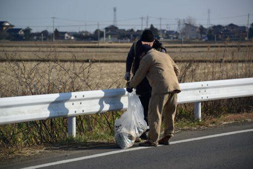 しかし砂利道を抜け、再び舗装路に出ると増え始めます。特に舗装路の法面、草などが生えているところにはたくさんのゴミ。草が枯れて見えるようになったのですね。