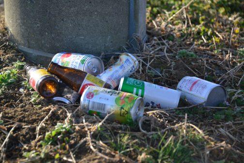昨日いただいたコメントで『コンビニがゴミ箱を屋外から店内に移動したことによって ポイ捨てされるゴミの量が増えた』というものがありました。今まで考えたこともなかったですが、確かにそれはあるかもしれません。