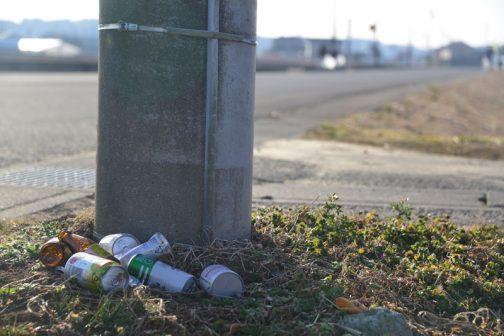 これも打ち捨てられたゴミ。わからないのは中身の入った開いていない缶もあります。