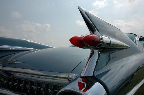 クルマはモロこんな風に真似ていました。これは1959年式キャデラックでこう行った形状をテールフィンというそうです。
