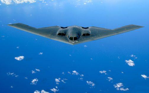 それはB-2ステルス戦略爆撃機。とても飛ぶとは思えないような航空機です。