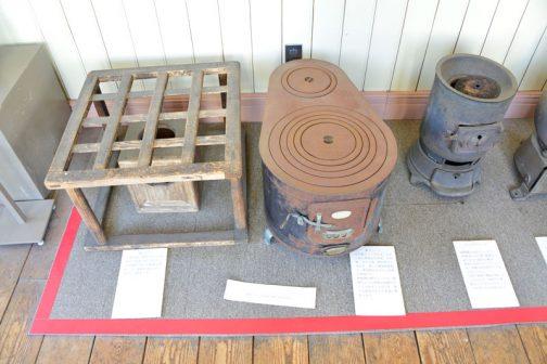 基本的に北海道開拓の村は建物を展示している施設ですが、その中にさまざまな民具など、昔の北海道の生活に使われたものが展示されていたりします。北海道だから冬は寒い・・・暖房器具なども展示されていました。