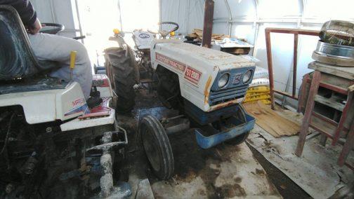佐藤造機の白いトラクターST2001です。三菱の青いトラクター(考えてみたらどちらも『色』を押し出していたのですね)と共通なのはおなじみです。