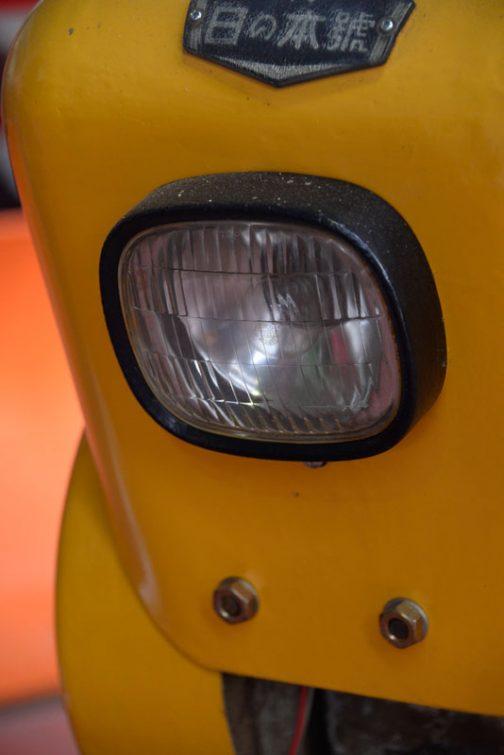 そういえばこのころ四角のヘッドライトが出てきだしたのですよね。四角とも丸ともつかない微妙な四角ですけど・・・ランプの銘は確認できませんでしたが、バルブがスタンレーなので、スタンレー製のヘッドライトではないかと思います。