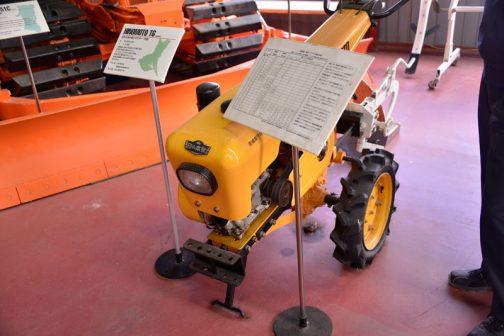耕うん機がかなり普及し、乗用トラクターがポツポツ使われるようになった頃、こんなトラクター風のエンジンフードを持った耕うん機が現れたのですよね?