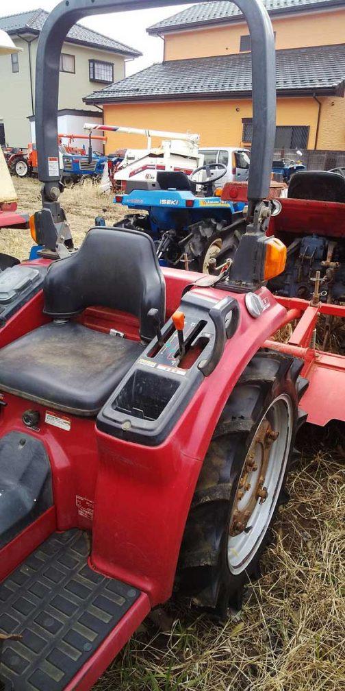 超低速段はそもそもトラクターの操作に詳しくないので確認できないのとフロントの油圧アウトレットはどんな形状なのかわからないので写真では確認できませんでした。