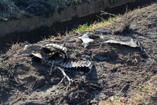 上げた泥の中にはこのようにゴミも含まれています。これは明らかに農業資材ですが、どこからか飛んできたりして自分のものではないかもしれないし、そのようなときは「ウチのじゃないのに・・」と腹も立つだろうし、こういうの、頭痛いですね。