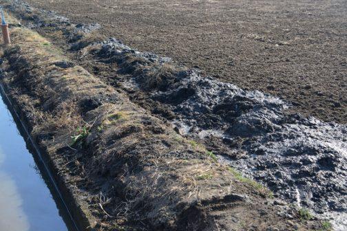この部分は両脇が田んぼ、しかも水路の法面が急ですから、どうしても田んぼがこのようになってしまいます。これをオペレーターさんが心配していたのですね・・・