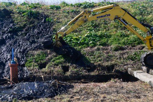 水路の底に溜まった泥を土手と畦、両方に上げていくのですが、畦は狭く土手は急で納まり切らない感じです。
