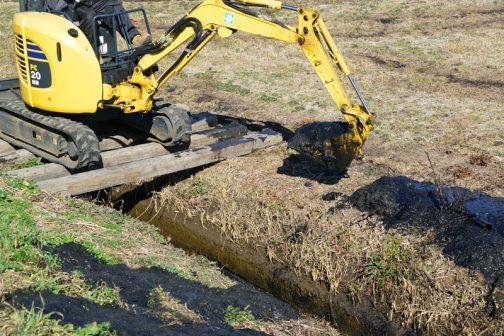オペレーターをお願いした方は「畦に乗せきれない分は田んぼに入れていいのかなぁ」と心配しています。