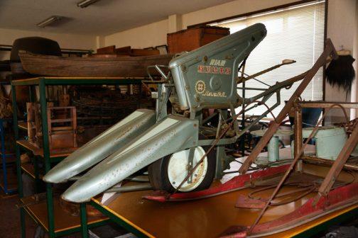 エンジンで自走するわけではありませんから、押すことによってタイヤがまわり、その力でバリカンを動かすのでしょうね。(同じヰセキで刈払機のような丸のこで稲を刈るタイプもあったそうですですが、これはバリカンタイプなのではないかと思います。確信はないですが。)