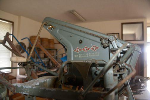 この機械のもっとも特徴付けるパラサウロロフスな部分。なんでしょう?ハンドルがついています。どう使うのか見てみたい!このハンドルをまわして刈取った稲をバインド=縛る するのでしょうか?
