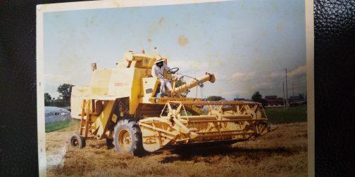 いかにも古い写真。New Holland Clayson 1520です。汎用コンバインなのですが、何を刈っているのですかね・・・麦なのか稲なのか・・・機械を共同で使う機械組合?のものだそうです。