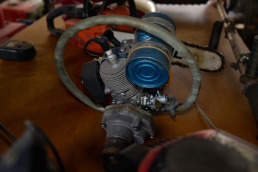 目の詰まったフィンに丸いハンドル。丸い燃料タンク。材質はアルミでしょうか?青がアルマイトっぽいですね。カッコいいなあ・・・僕が気になったのはキャブ。