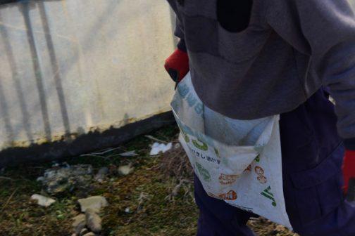 粒状ひまし油油かすの袋・・・かなり使い込まれています。Yさんは「キュウリを取るときもこれがいいんだ」と言います。