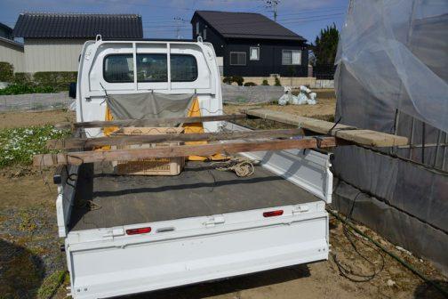 軽トラの荷台に取付けられ、ちょっと跳ね出された足場です。