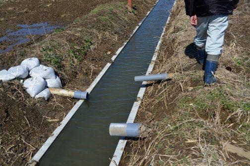 今回の水路はコンクリート冊板の上に排水のパイプがたくさん出ていて、いちいち作業のために切ってはつなぎ切ってはつなぎして大変だったと思います。