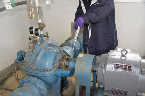機器の注油です。また、ポンプのドレンパイプの点検・清掃など運転前点検を実施します。その後通水試験として実際にポンプを動かしました。