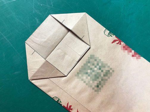 二枚まとめて折って底を作ります。内側外側をぶっ違いに閉じて糊付け。