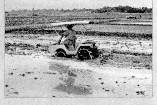 気になったのはこの写真です。どうも農民車コマツで代かきをしているようです。カゴ車輪を付けていますか?前輪が車軸の中心以上に潜っている感じ。ギリギリですね。ステキな屋根といい、知恵と勇気で機械の性能100%使おうというスタイル、好きです。