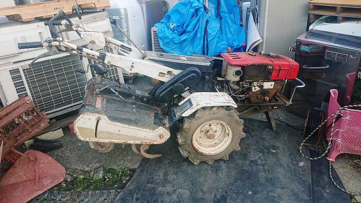 エンジンが赤いのは元々こうだったのか、それとも交換したのか・・・銘板がないとどこの耕うん機なのかわかりません。