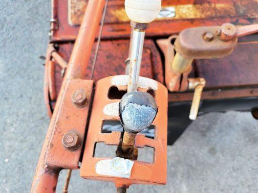 古い耕耘機はレバーのノブすら金属のようです。すごいな。