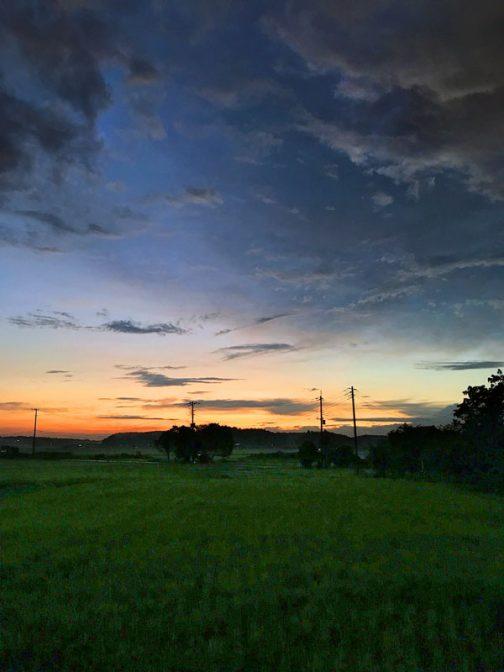 同じ日のように見えますけど、全然違うある日の夕方。濃紺の空に浮かぶグレーの雲が印象的。