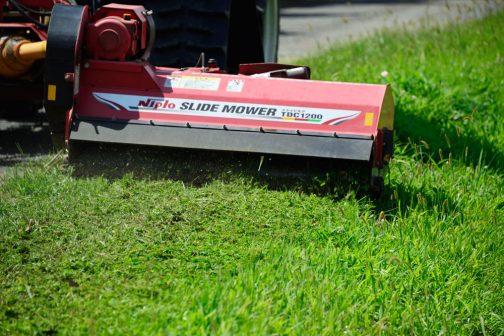 刈った後はこのようにこまかく粉砕されます。結構マメに草刈りをしているので、この写真ではわかりにくいと思います。でも、ボーボーに生えている所を刈ると、びっくりするくらい嵩が減ってしまいます。